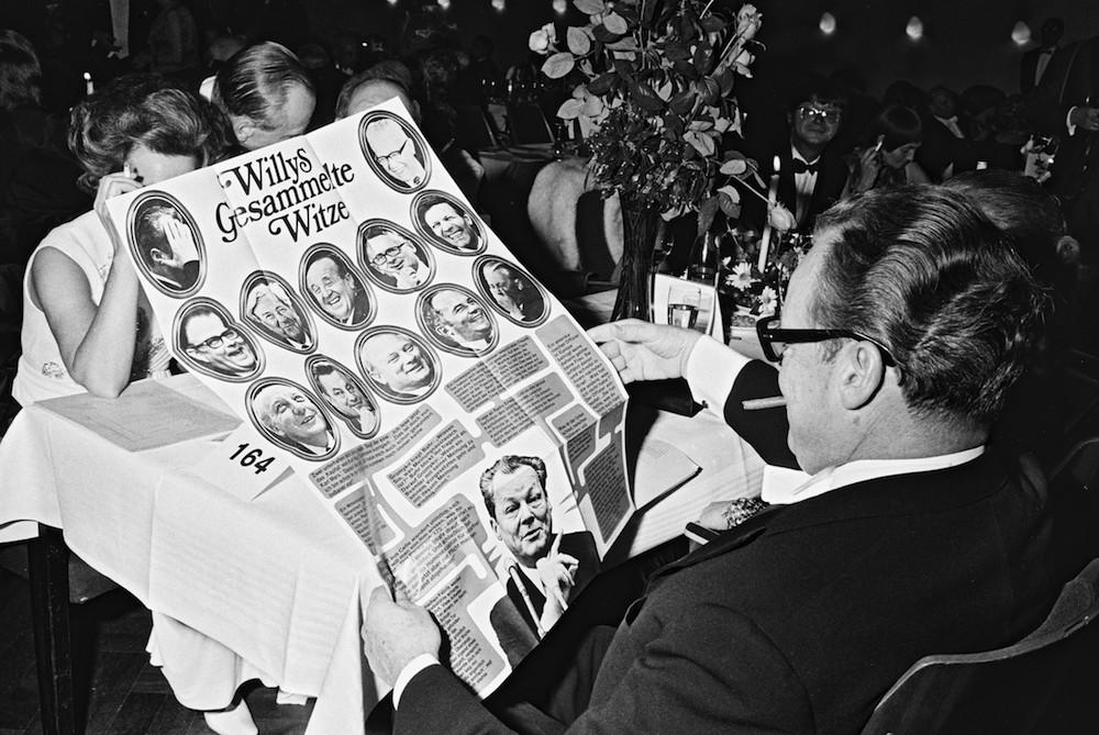 """Bundeskanzler Willy Brandt werden beim Bundespresseball in der Beethovenhalle """"Willys gesammelte Witze"""" präsentiert."""