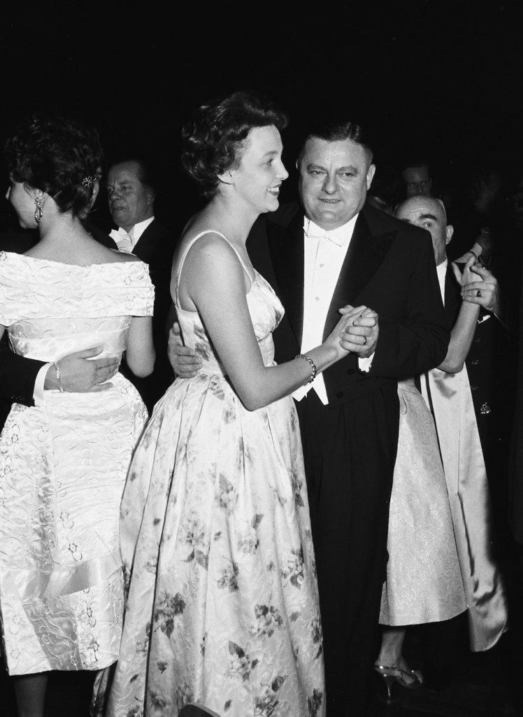 Franz-Josef Strauß, Bundesminister der Verteidigung und seine Frau Marianne tanzen beim Bundespresseball in der Beethovenhalle (Bundesregierung/Steiner 1959).